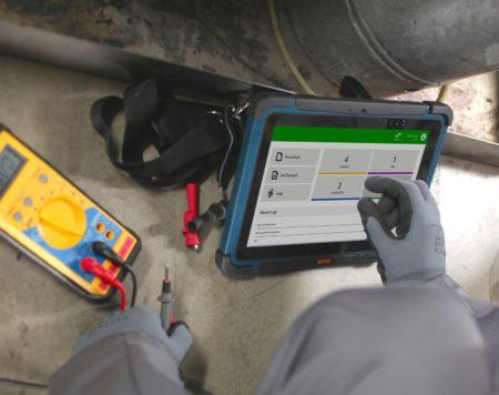 Intrinsically Safe Tablet Agile X Bartec Man Pressing a Button
